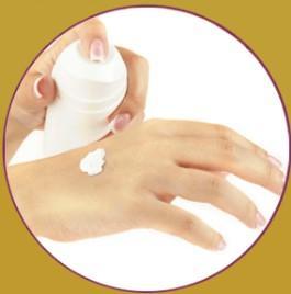Ponga una pequeña cantidad de la crema sobre su palma